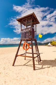 Rettungsschwimmerturm am strand.