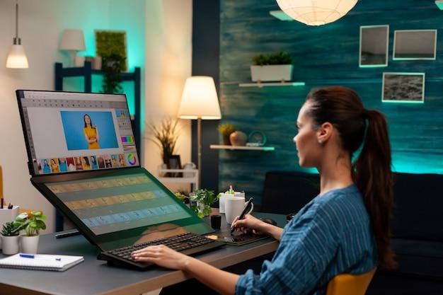 Retuschieren sie studioarbeiter, der das bild des modells für die fotoagentur bearbeitet. kaukasische künstlerische kreative frau, die auf computerbildschirm und fotoretusche-vorlagensoftware schaut