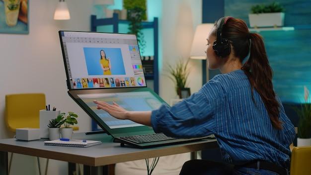 Retuschierkünstler, der mit bearbeitungssoftware auf dem touchscreen arbeitet
