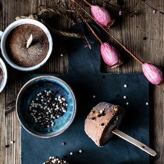 Rezept für hausgemachte schokoladen-erdnussbutter-eisbecher