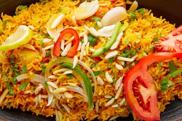 Rezept-nahaufnahmemakro huhn-biryani indisches