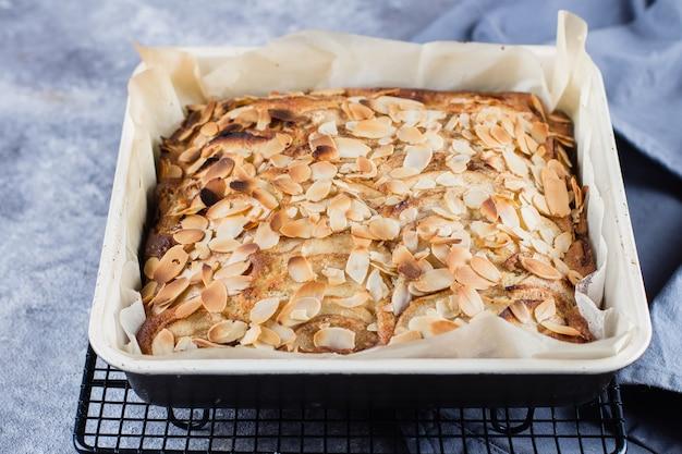 Rezept schritt für schritt. hausgemachte kuchen mit äpfeln und mandelflocken. norwegische biskuitkuchen