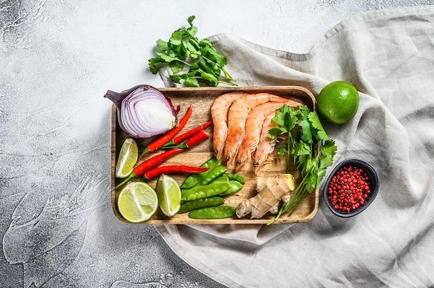 Rezept und zutaten tom kha gai. thailändische galangal-hühnersuppe in kokosmilch