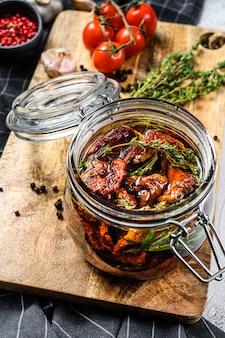 Rezept zum kochen von getrockneten tomaten in olivenöl mit gewürzen und kräutern