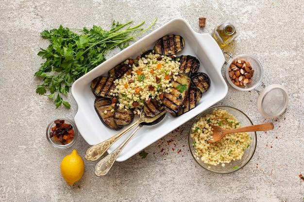 Rezept zum kochen von vegetarischen grill-auberginen mit couscous und trockenfrüchten