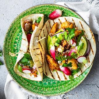 Rezeptidee für frische hausgemachte hühnchen-tacos