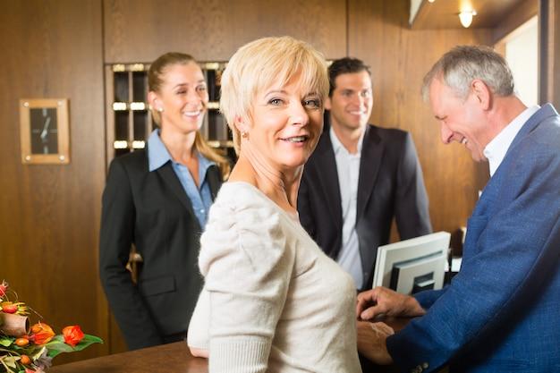 Rezeption, gäste checken in einem hotel ein