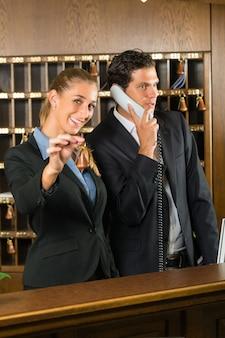 Rezeption im hotel, mann und frau