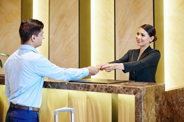 Rezeptionistin und geschäftsmann im hotel