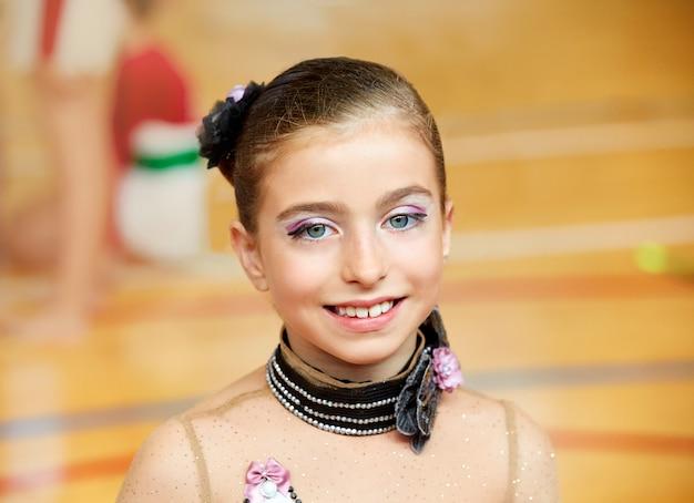 Rhythmische gymnastik des kindermädchens auf holzdeck