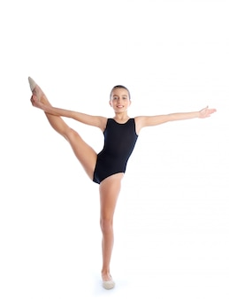 Rhythmische gymnastikübungen des kindermädchens auf weiß