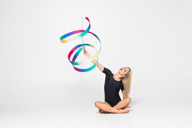 Rhythmischer turner mit gymnastikband isoliert