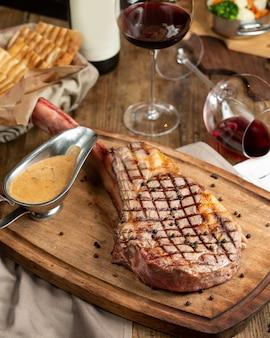 Rib eye steak auf holzbrett