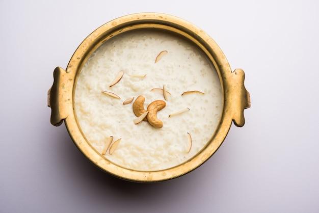 Rice kheer oder firni oder chawal ki khir ist ein pudding aus dem indischen subkontinent, der durch kochen von milch, zucker und reis hergestellt wird. in einer schüssel serviert