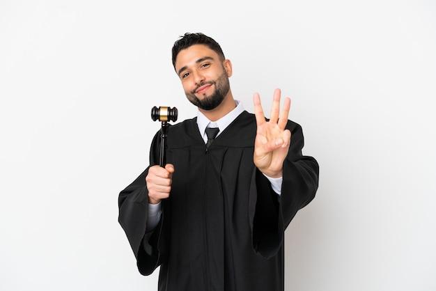 Richter arabischen mann isoliert auf weißem hintergrund glücklich und zählt drei mit den fingern