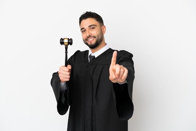 Richter arabischer mann isoliert auf weißem hintergrund, der einen finger zeigt und hebt