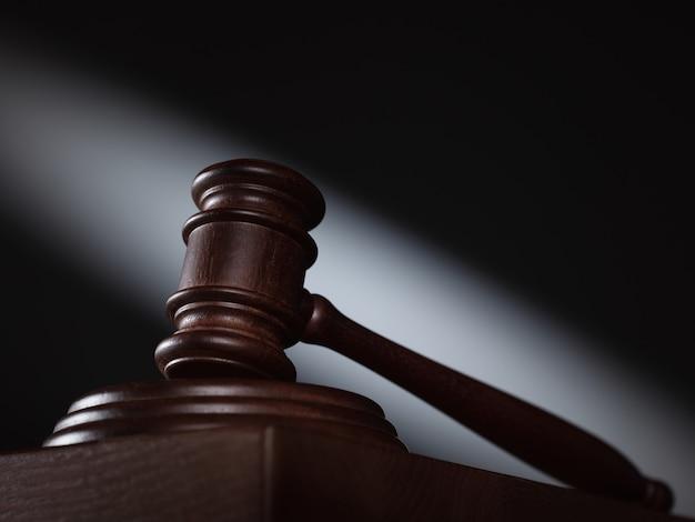 Richter auf dem tisch