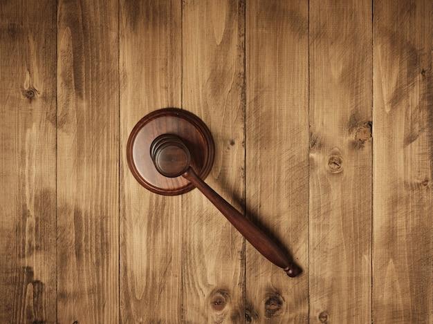 Richter-(auktions-)hammer auf der tisch-draufsicht