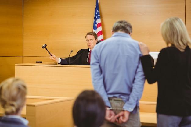Richter, der den hammer auf den klingenden block schlagen soll