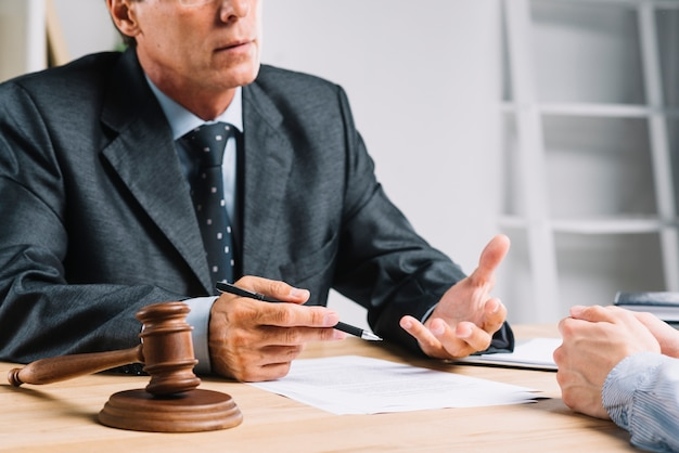 Richter, der mit seinem kunden im gerichtssaal diskutiert