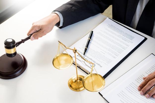 Richter des männlichen richters in einem gerichtssaal, der den hammer auf klingendem block schlägt