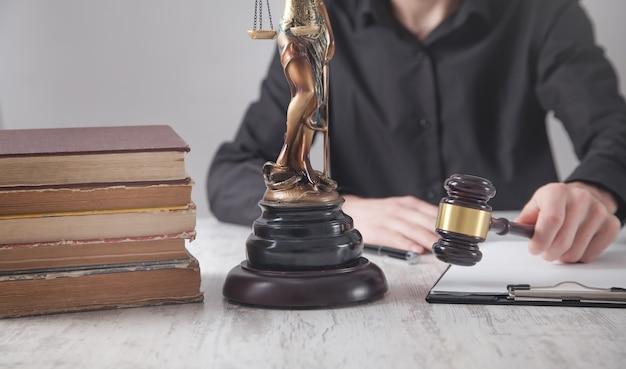 Richter hält hammer. recht und gerechtigkeit