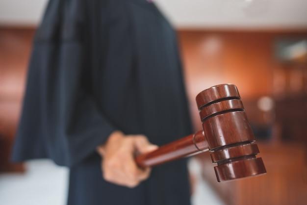 Richter halten waage der gerechtigkeit im gerichtssaal