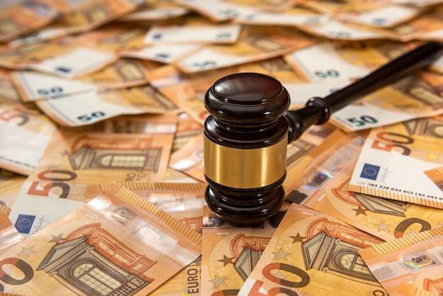 Richter hammer auf 50 euro banknoten hintergrund. gerichtsrecht