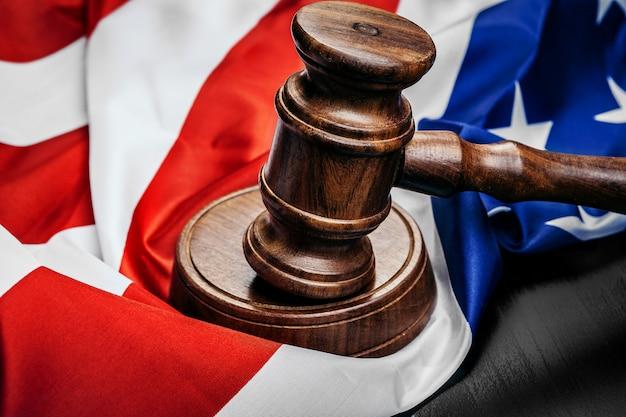 Richter hammer auf dem hintergrund der flagge der vereinigten staaten von amerika