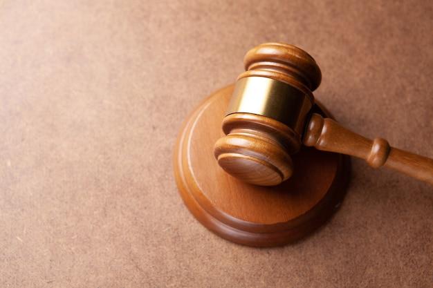 Richter hammer auf dem hölzernen hintergrund
