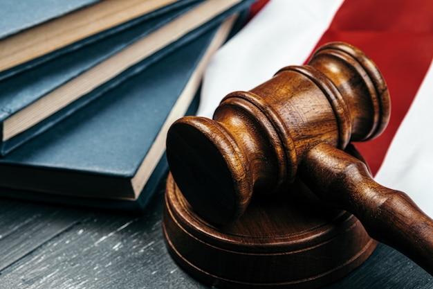 Richter hammer auf der flagge der vereinigten staaten von amerika