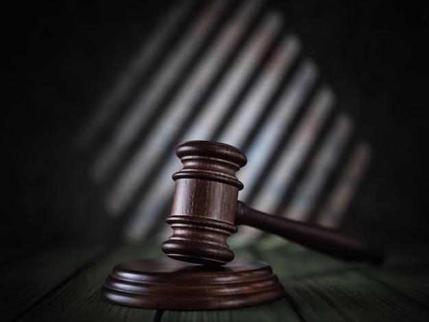 Richter hammer auf einem grünen tisch