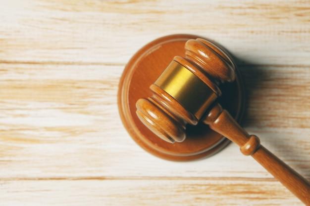 Richter hammer auf holzszene