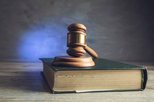 Richter hammer auf juristischen büchern auf holz