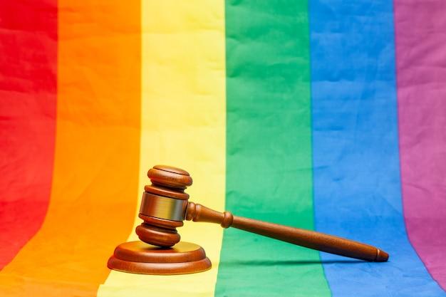 Richter-hammer auf regenbogen-lgbt-flaggenhintergrund