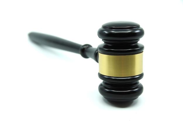 Richter hammer auf weißem hintergrund. gerechtigkeitskonzept. recht und gerechtigkeit. legalitätskonzept
