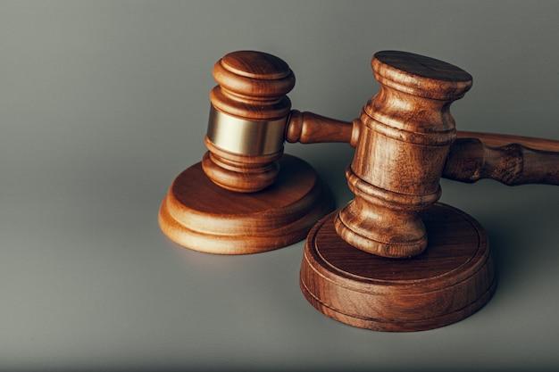 Richter hammer hautnah auf grauer oberfläche. recht und gerechtigkeit, legalitätskonzept