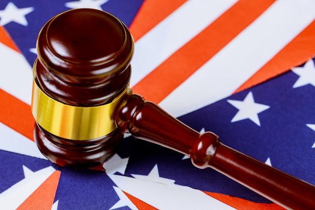 Richter hammer mit der flagge der vereinigten staaten