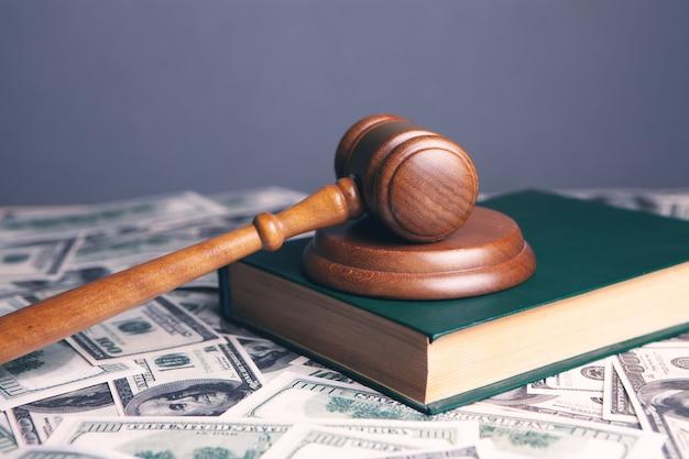 Richter hammer mit dollars und gesetzbüchern