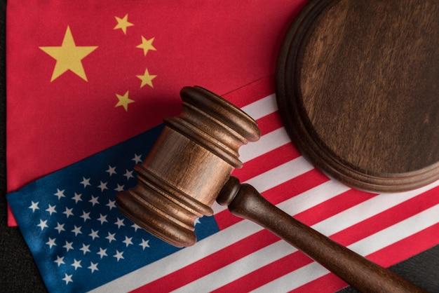 Richter hammer über usa flagge und china. handelskrieg zwischen china und den vereinigten staaten. rechtsstreit
