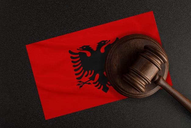 Richter hammer und die flagge albaniens. recht und gerechtigkeit. verfassungsrecht.