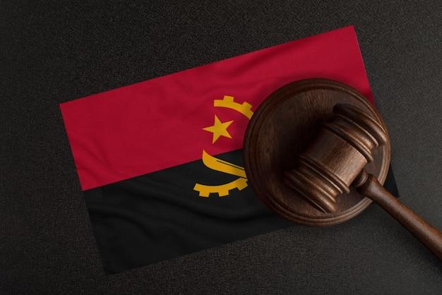 Richter hammer und die flagge von angola. recht und gerechtigkeit. verfassungsrecht.