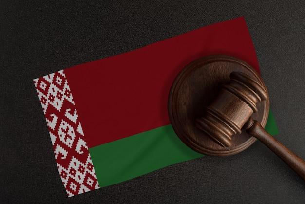 Richter hammer und die flagge von belarus. recht und gerechtigkeit. verfassungsrecht.