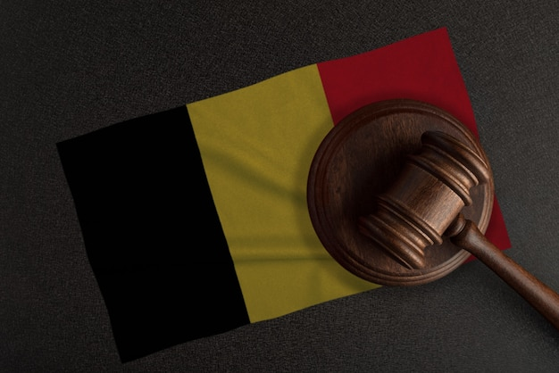 Richter hammer und die flagge von belgien. recht und gerechtigkeit. verfassungsrecht.
