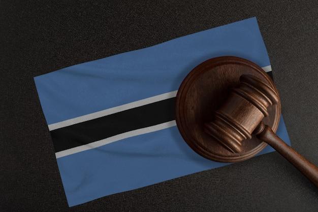 Richter hammer und die flagge von botswana. recht und gerechtigkeit. verfassungsrecht.