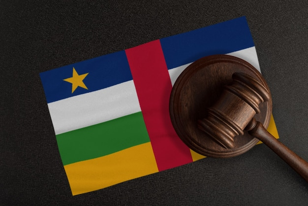 Richter hammer und flagge der zentralafrikanischen republik. recht und gerechtigkeit. verfassungsrecht.