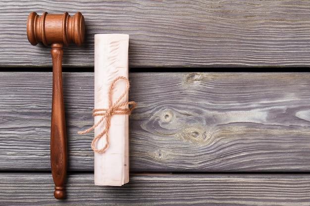 Richter hammer und schriftrolle. draufsicht flay lag.