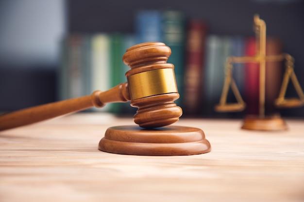 Richter hammer, waage der gerechtigkeit und gesetzbücher.