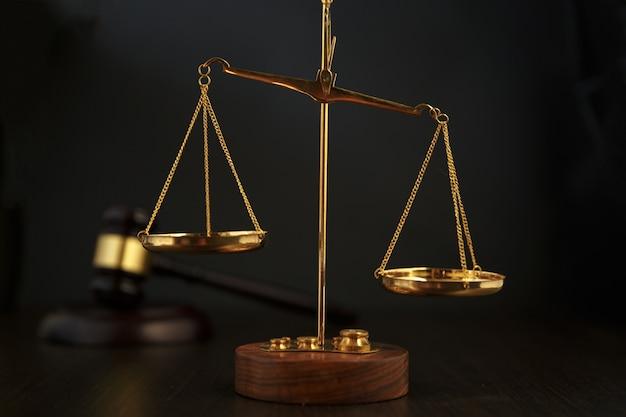 Richter hammer, waage der gerechtigkeit und recht vor gericht