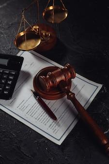 Richter hammer, waage der gerechtigkeit und wichtige einigung vor gericht